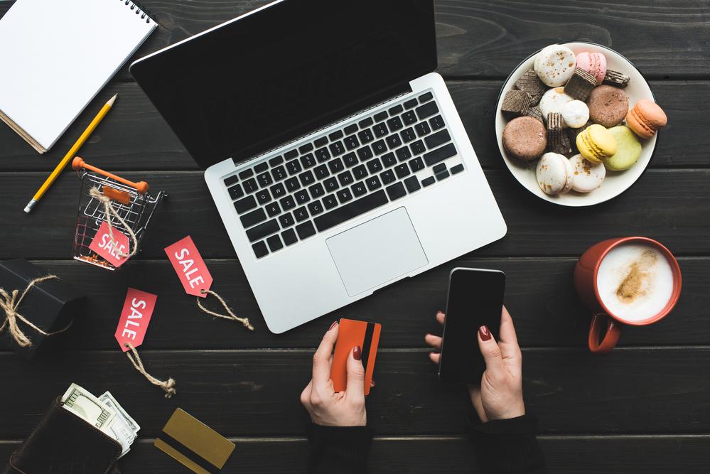 realizando compras online en unordenador