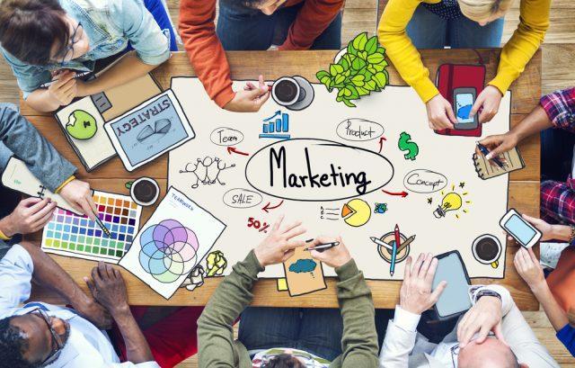 Estrategias de marketing sobre mesa de trabajo