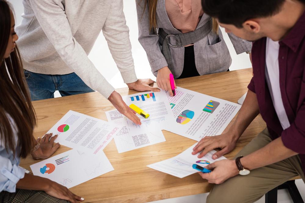 Plan de trabajo marketing. Papeles sobre una mesa