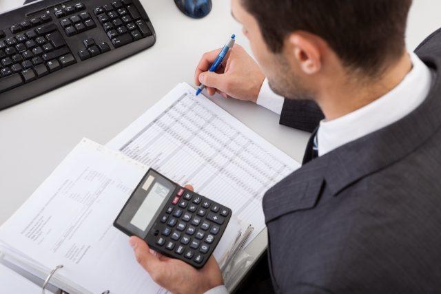Hombre realizando factura
