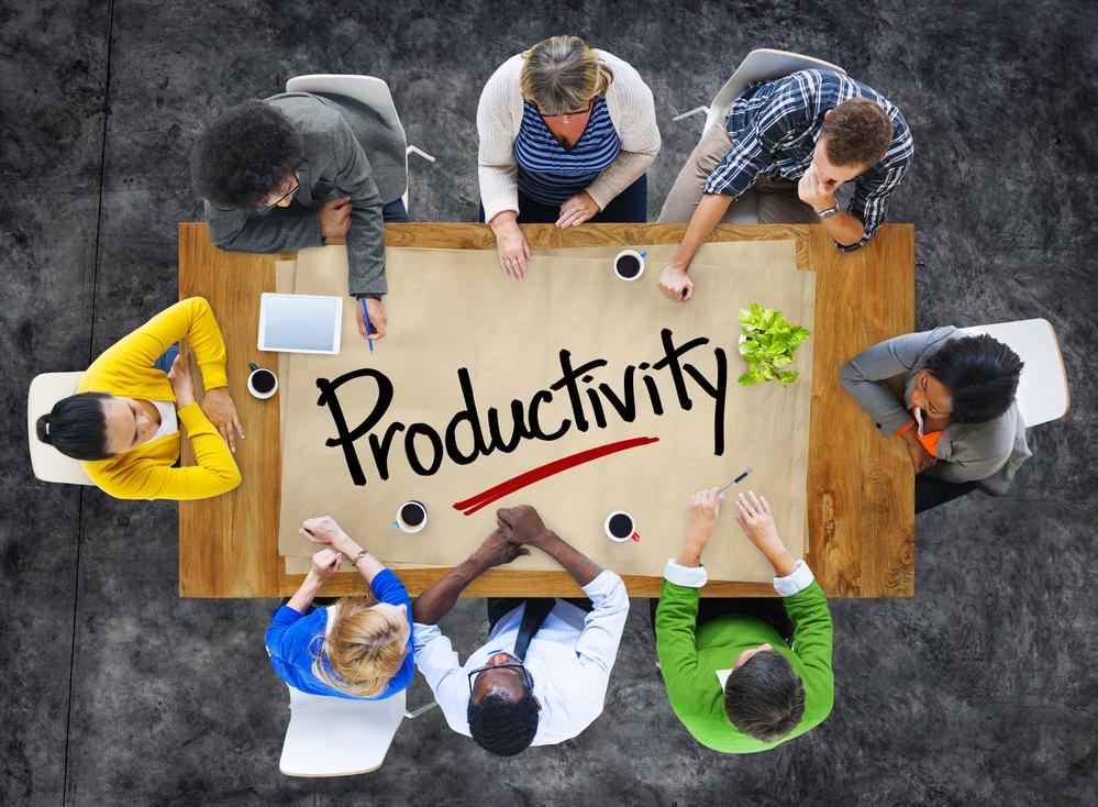 Equipo reunido trabajando en mejora de productividad